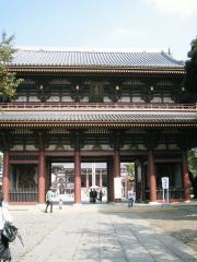 お寺や仏像が好きなママ友は、足早に門に駆け寄るのである。