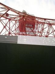 下から見上げた東京タワー