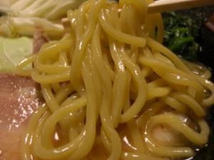 10011021寸八・豚骨醤油らあめん(並) 麺アップ