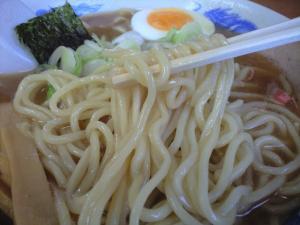 10050515大勝軒 満帆(籠原店)・中華そば 麺アップ