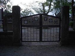 西軍墓地門