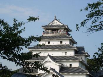 鶴ヶ城を見上げる