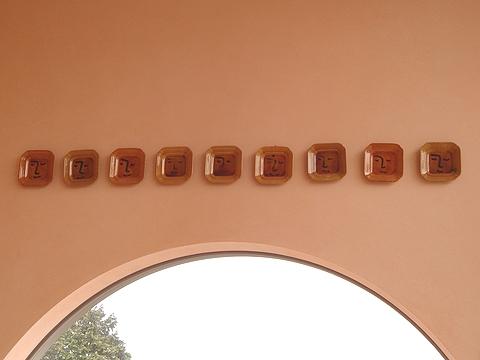 レストランの壁にかわいい絵皿が並んでました