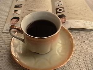 当選品をコーヒーカップに♪パンフレット左コーヒー鑑定士の大西さん・右コーヒー鑑定士の三橋さん