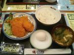 専大前 さくら水産 日替わりB定食(アジフライ、コロッケ、レンコン挟みあげ)