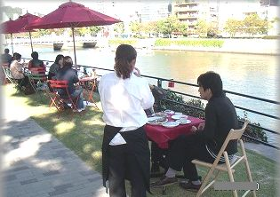 水辺のオープンカフェ