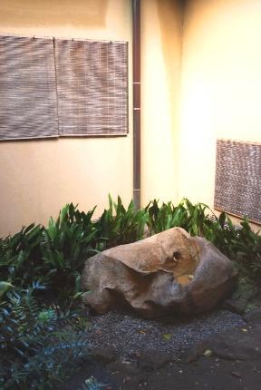 中庭の鞍馬石