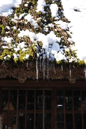 わらぶき屋根と氷柱