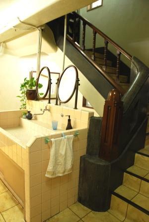洗面台と階段