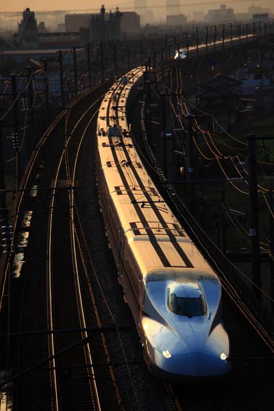 夕日に光る新幹線。