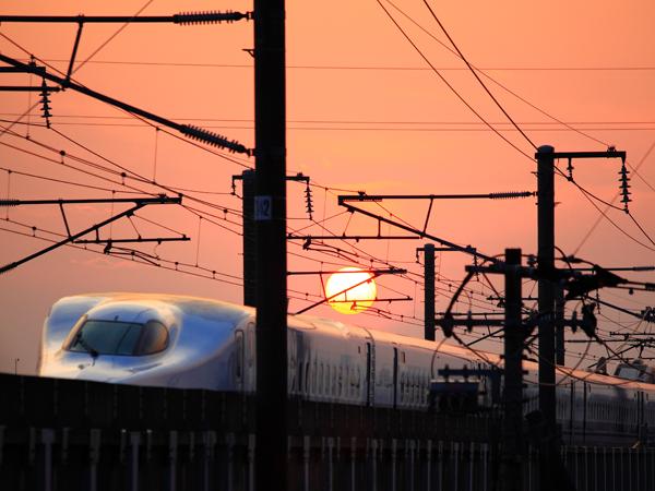 夕日に光る新幹線2。