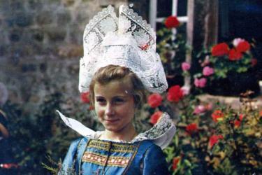 民族衣装のレース帽子