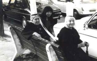 レース帽子のおばあちゃんたちと