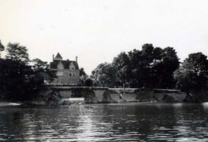 川辺のお城3
