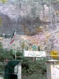 イランの岩肌に家