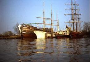 岸辺の船舶