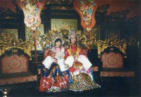 王宮衣装の少女たち