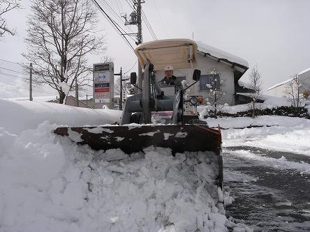 25タイヤショベルで除雪
