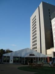 展覧会場はビルの立間のテント