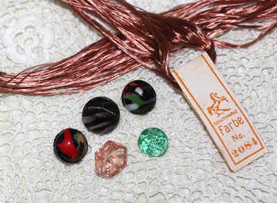 アンティークボタンとシルクの刺繍糸