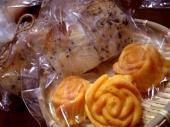 黒ごまパンとバラのケーキ