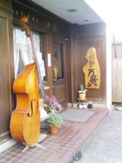 バイオリンが目印です