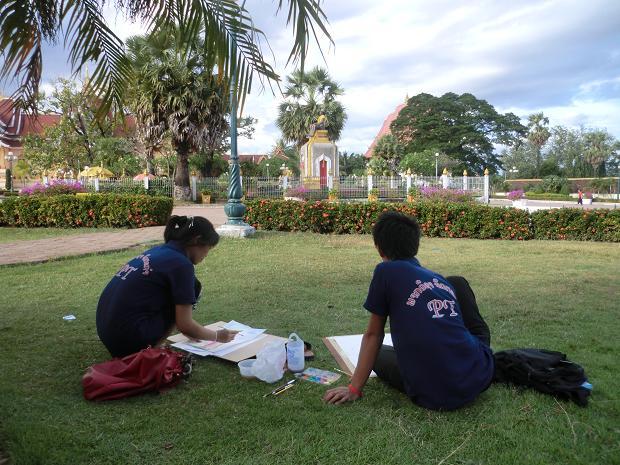 4 11.11.23タートルアンで絵を描く学生 (6)