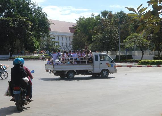 1 11.12.9 トラックで移動の小学生たち