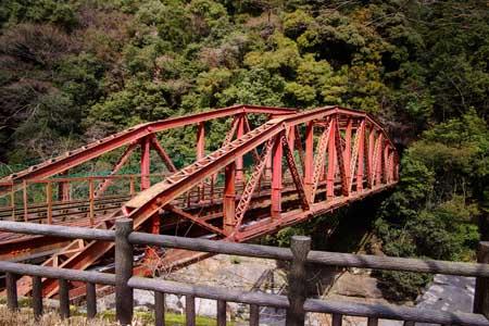 左右の曲弦がズレてる不思議な形の鉄橋