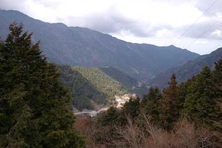 大永山トンネル手前から麓を見下ろす