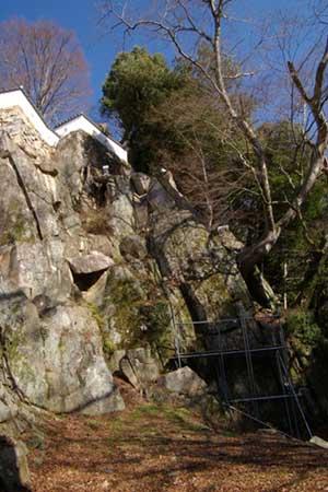 岩盤がそのまま城壁