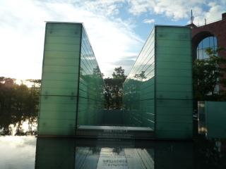 原爆死没者追悼空間上のモニュメント