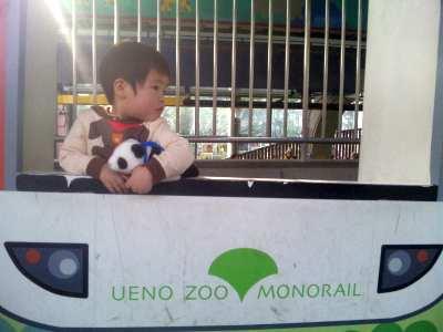 パンダのぬいぐるみを持ってモノレール