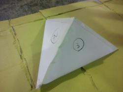 白い三角錐