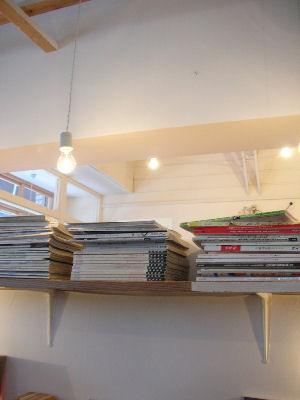 店内に並ぶ本