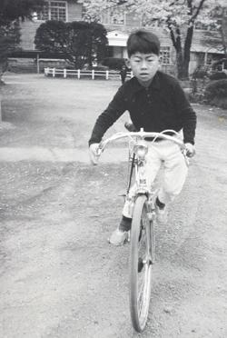 一中の中庭で自転車に乗る子(^o^)丿