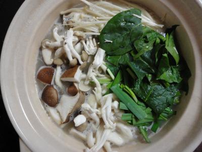 野菜とお肉や豆腐を入れて煮るのです。