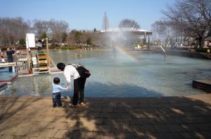 虹の噴水の前で