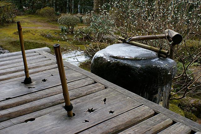 氷を伝い かすかに響く 水琴窟