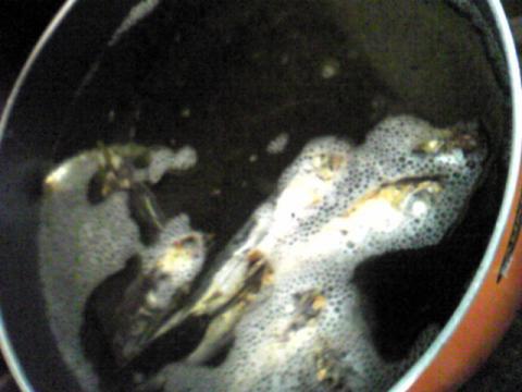 漬けていた焼きあごの出し汁とボール一杯の水を足して沸騰させます