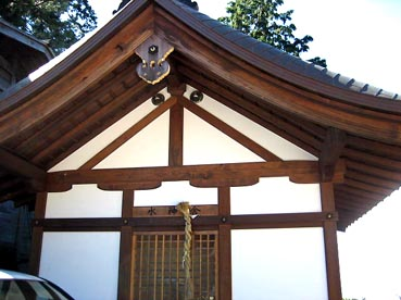鐘の向かいは水神様:観音正寺