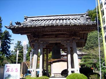 トイレの向こうに鐘撞堂:観音正寺