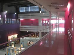 2階はピンクの廊下