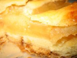 りんごとサツマイモが、パイ生地にはさまれて焼かれています(*^_^*)