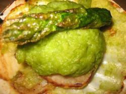 ホタテにお豆のピューレ、上にアスパラ