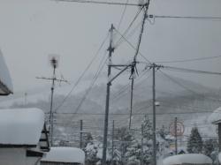 屋根も電線も雪がいっぱい・・・