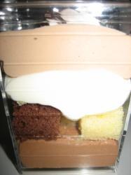 ミルク、ホワイト、ダークの3色のチョコと2色のスポンジ