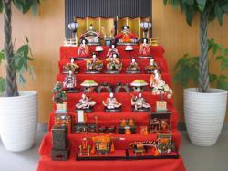 旭川信金忠和支店に飾られたひな人形