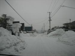 住宅街はまだ雪の山