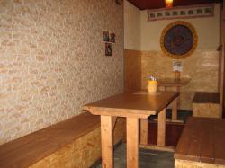 テーブルが3つとカウンターのある店内